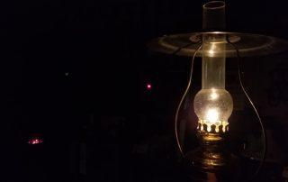 吊下げオイルランプの灯り