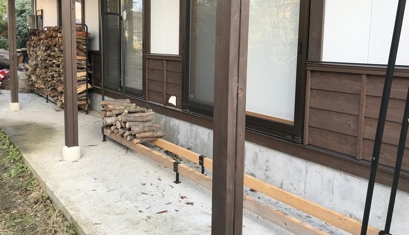 軒下は薪置き場に最適。